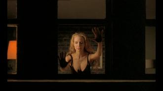 Vera tenta abrir a janela do apartamento